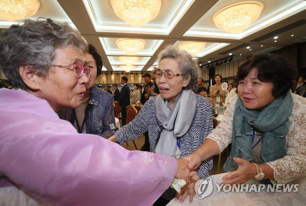 Ryang Cha-ok (L), 82, of North Korea meets with her South Korean sisters at a hotel at North Korea's Kumgang Mountain resort on the east coast as part of inter-Korean family reunions on Aug. 24, 2018. The inter-Korean reunion of families separated by the 1950-53 Korean War was the first of its kind in nearly three years. (Pool photo) (Yonhap)