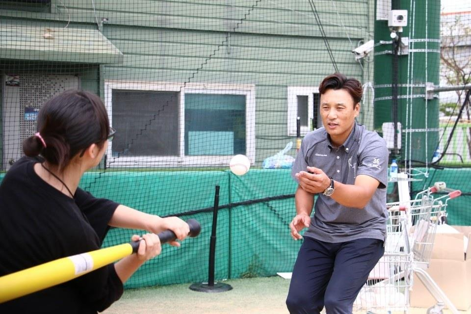 Retired baseball star Lee Seung-yuop (R) tosses the ball to a participant in his baseball fantasy camp in Incheon on Sept. 19, 2018, in this file photo provided by the Lee Seung-yuop Baseball Scholarship Foundation. (Yonhap)