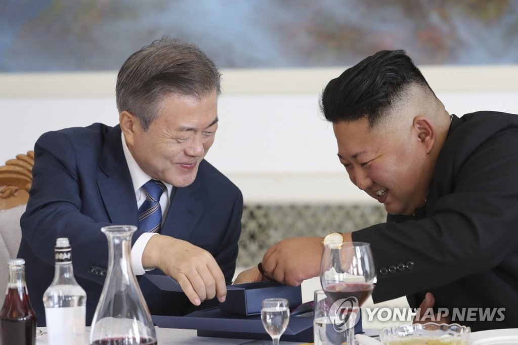 In the photo, taken Sept. 19, 2018, South Korean President Moon Jae-in (L) delights North Korean leader Kim Jong-un during their bilateral summit in Pyongyang by presenting medallions commemorating their first bilateral summit held in April and Kim's first meeting with U.S. President Donald Trump held in Singapore in June. (Yonhap)