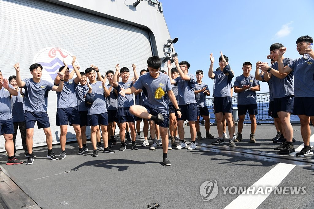 In this file photo, provided by the Joint Chiefs of Staff on Sept. 24, 2018, soldiers of the anti-piracy Cheonghae unit play a traditional game on the Chuseok holiday aboard the 4,000-ton destroyer Munmu the Great in waters off Libya. (PHOTO NOT FOR SALE) (Yonhap)