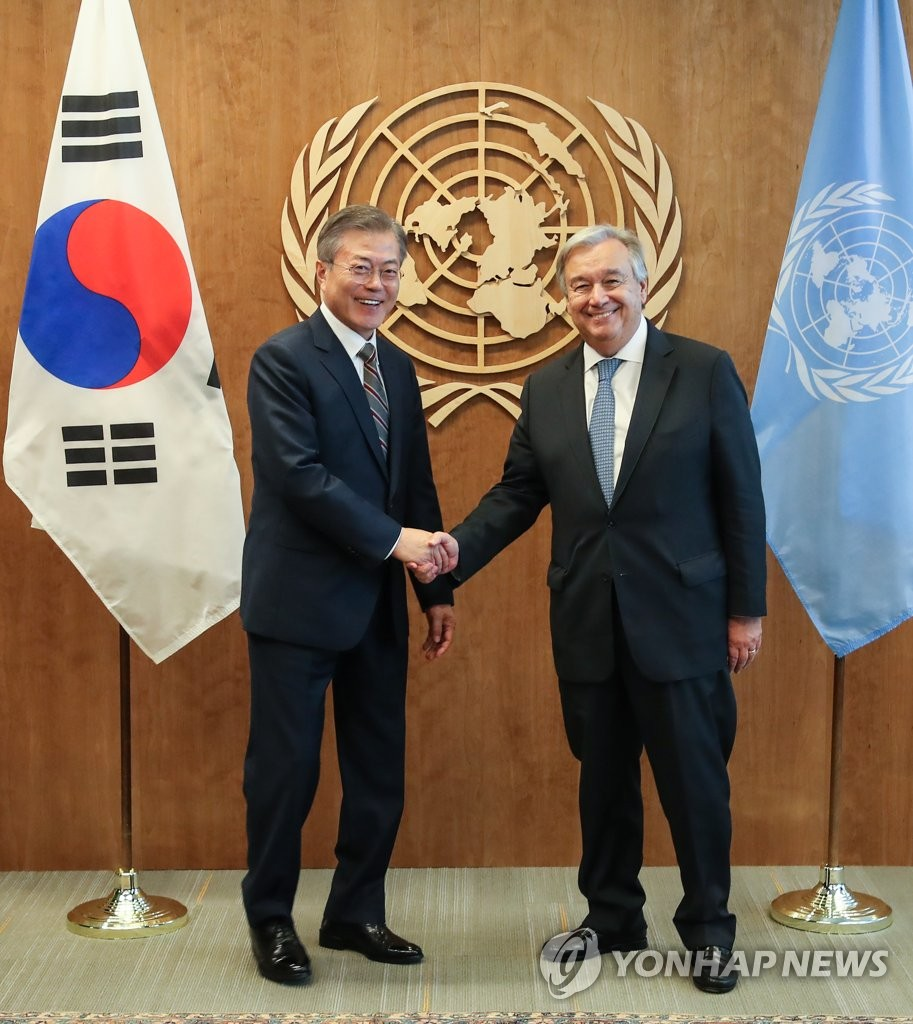 South Korean President Moon Jae-in (L) and U.N. Secretary-General Antonio Guterres shake hands before holding a meeting in New York on Sept. 24, 2018. (Yonhap)