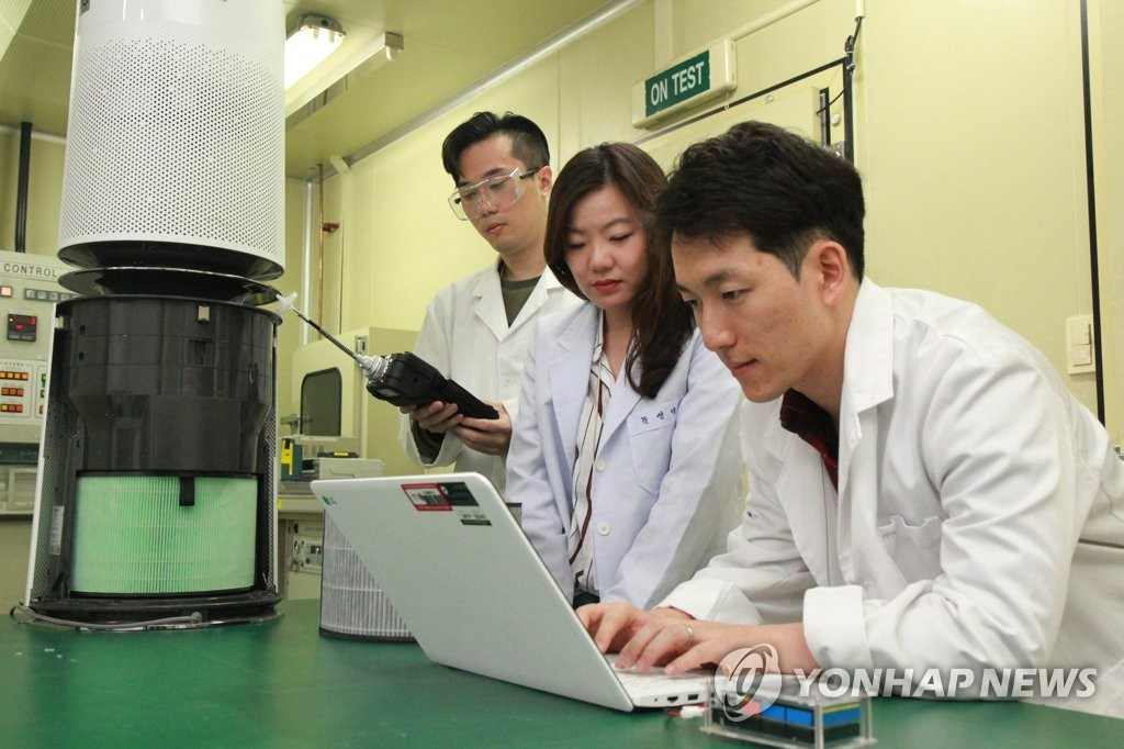 The photo provided by LG Electronics Co. shows researchers working on a project at the company's new air research center that opened in Seoul on October 2018. (Yonhap)