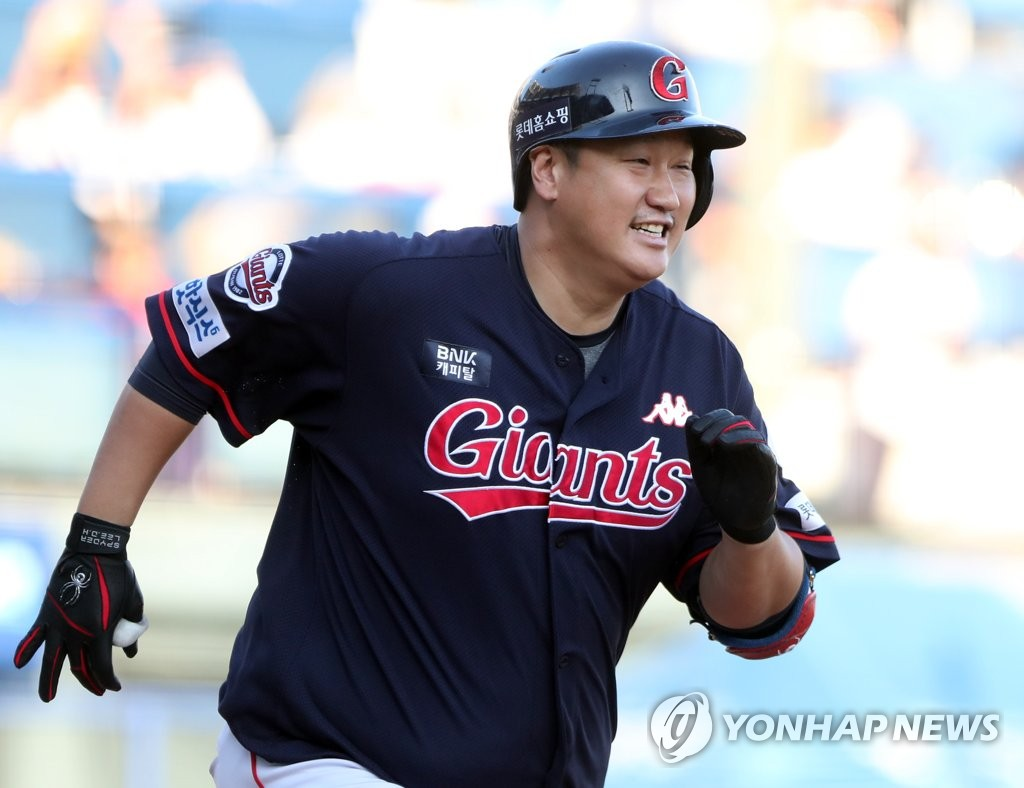 In this file photo from Oct. 7, 2018, Lee Dae-ho of the Lotte Giants heads to first base in the top of the eighth inning of a Korea Baseball Organization regular season game against the NC Dinos at Masan Stadium in Changwon, 400 kilometers southeast of Seoul. (Yonhap)