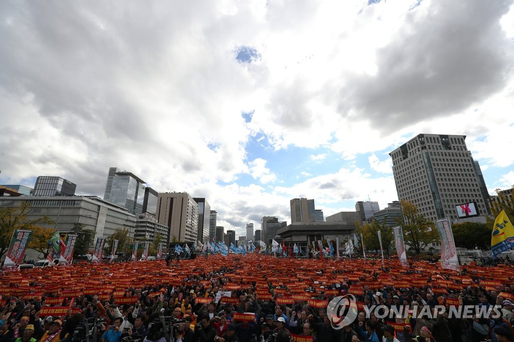 This photo taken Oct. 18, 2018, shows hundreds of thousands of taxi drivers holding a rally in central Seoul against Kakao's carpooling service. (Yonhap)
