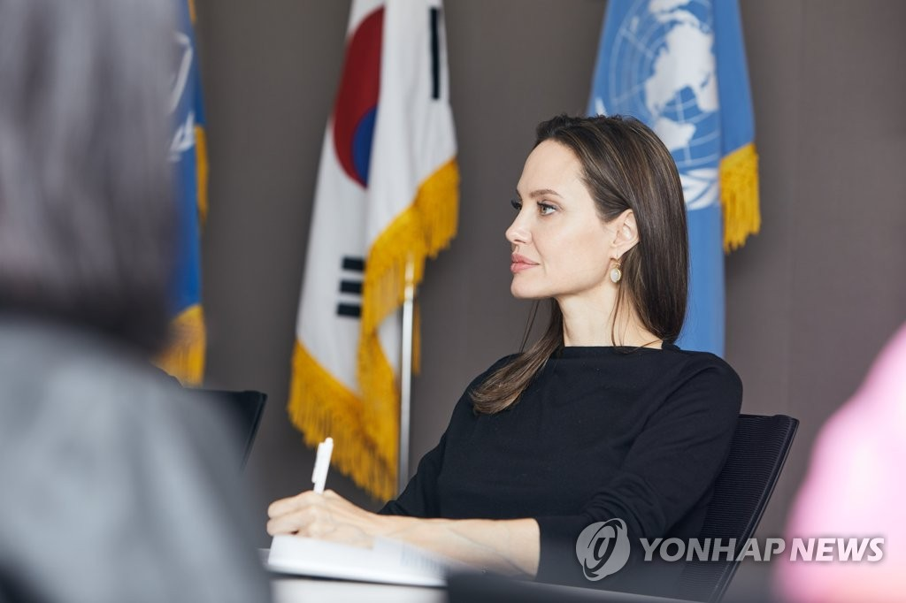 Angelina Jolie visits the Seoul office of the United Nations High Commissioner for Refugees on Nov. 4, 2018, in this photo provided by the UNHCR. (PHOTO NOT FOR SALE) (Yonhap)