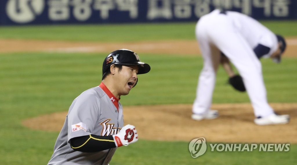 In this file photo from Nov. 12, 2018, Choi Jeong of the SK Wyverns (L) celebrates his game-tying solo home run off Josh Lindblom of the Doosan Bears (R) in the top of the ninth inning of Game 6 of the Korean Series at Jamsil Stadium in Seoul. (Yonhap)