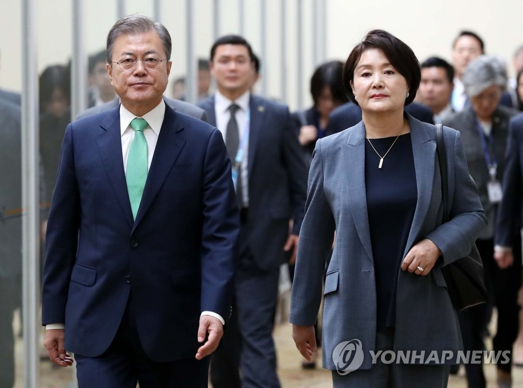 President Moon Jae-in and first lady Kim Jung-sook walk at Singapore's Changi Airport on his way to Papua New Guinea on Nov. 16. (Yonhap)