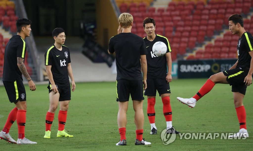 In this file photo taken on Nov. 16, 2018, South Korea national football team players train at Suncorp Stadium in Brisbane, Australia. (Yonhap)