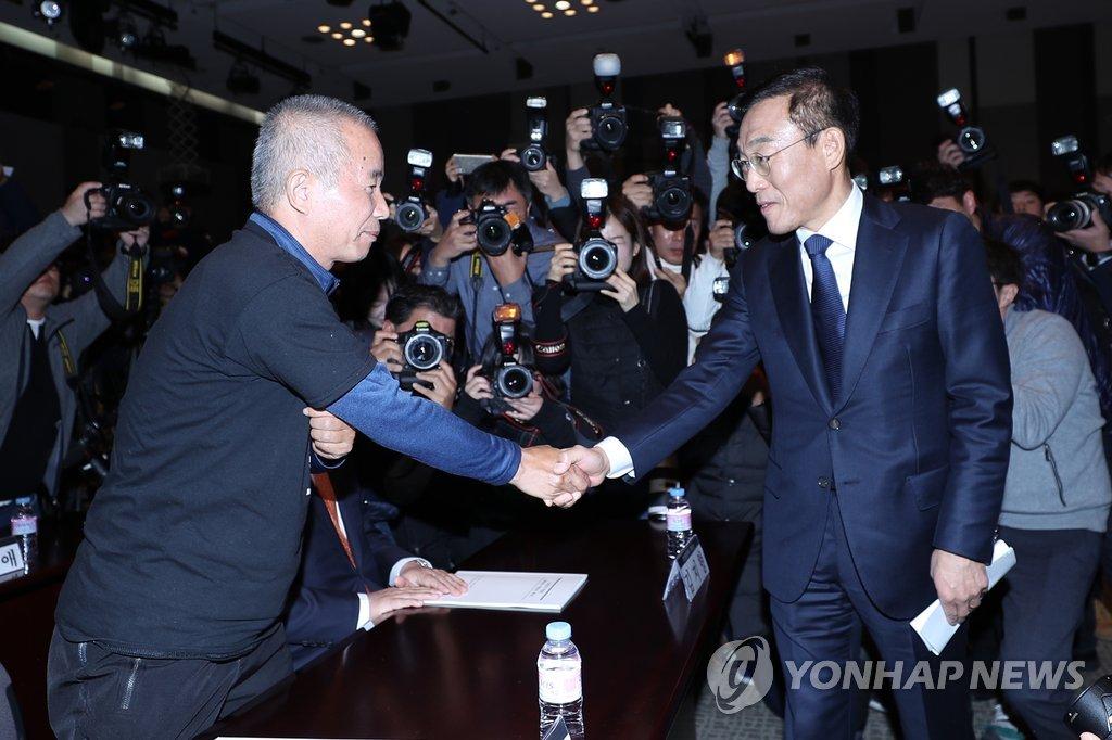 악수하는 삼성 김기남 대표이사와 반올림 황상기 대표
