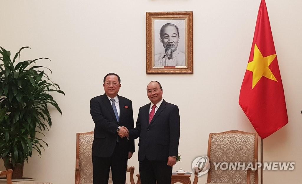 리용호 북한 외무상, 베트남 총리 면담
