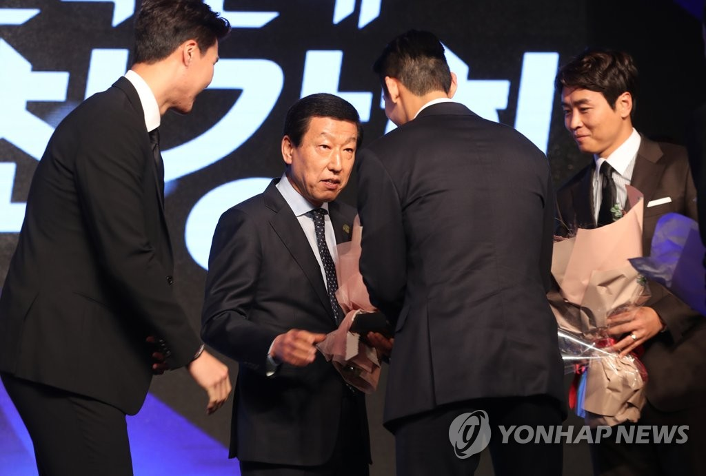 Jeonbuk Hyundai Motors head coach Choi Kang-hee (C) is congratulated by players during the 2018 K League Awards at a Seoul hotel on Dec. 3, 2018. (Yonhap)