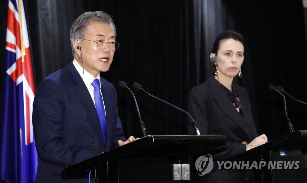 South Korean President Moon Jae-in (L) speaks in a joint press conference with New Zealand Prime Minister Jacinda Ardern following their bilateral summit held in Auckland on Dec. 4, 2018. (Yonhap)