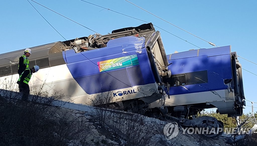 The photo shows a KTX train that derailed in Gangneung, 237 kilometers east of Seoul, on Dec. 8, 2018. (Yonhap)