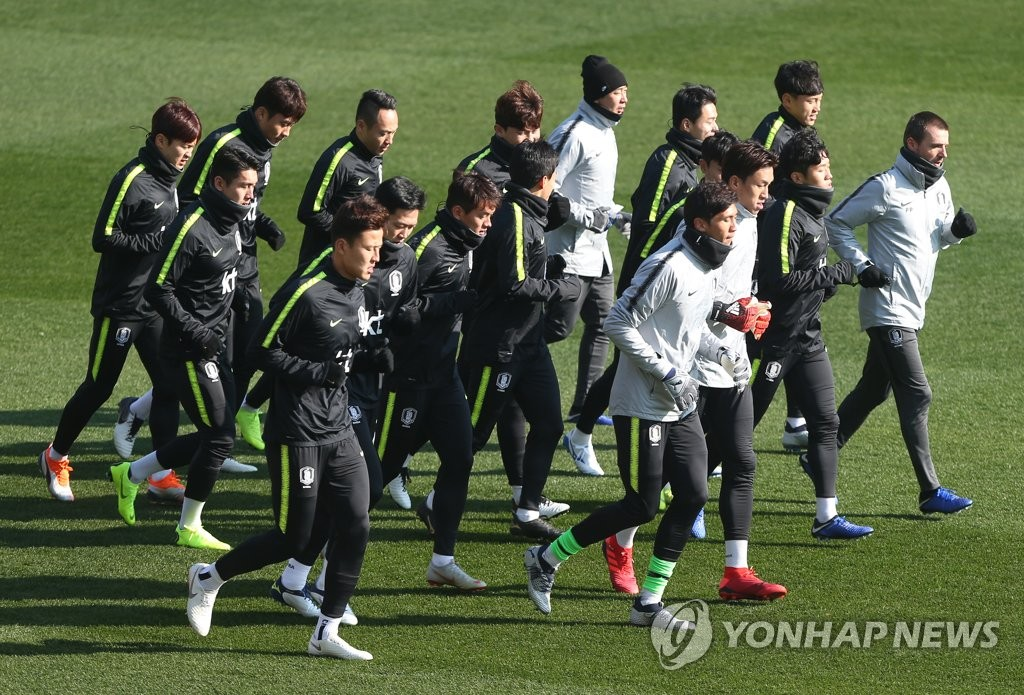 South Korea national football team players train for the 2019 AFC Asian Cup at Ulsan Stadium in Ulsan on Dec. 12, 2018. (Yonhap)