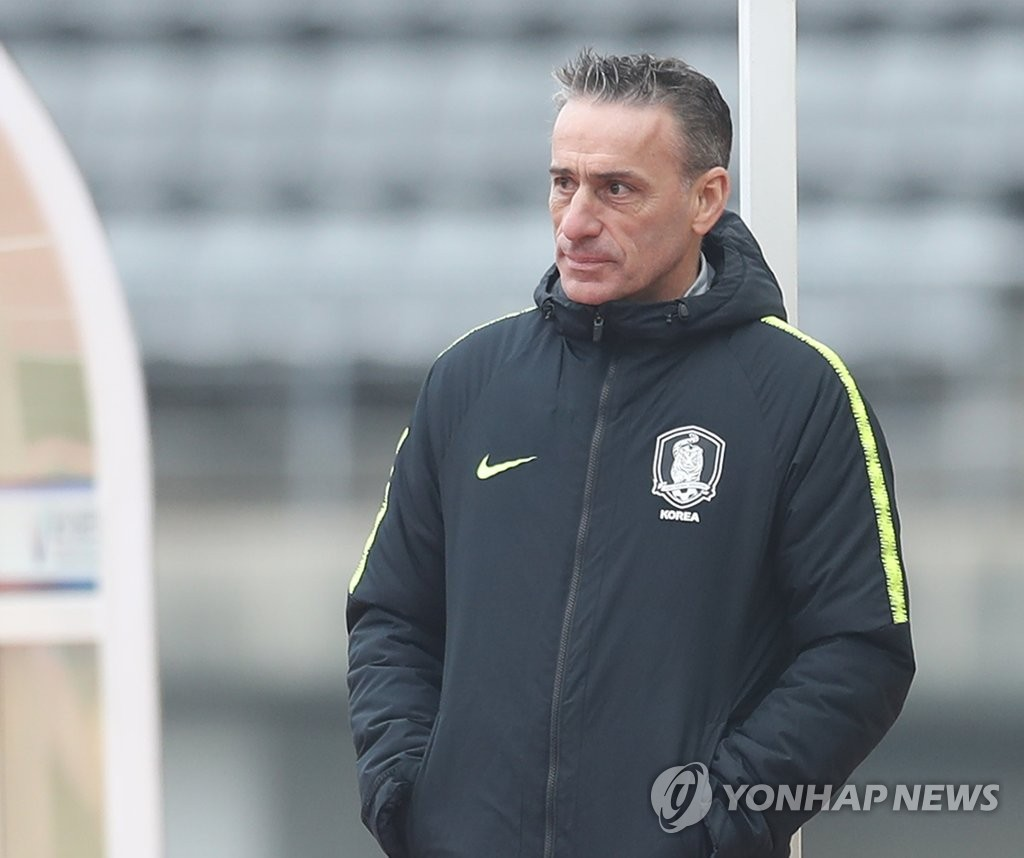 South Korea national football team head coach Paulo Bento watches his team's practice match against the South Korean under-23 national team at Ulsan Stadium in Ulsan on Dec. 20, 2018. (Yonhap)