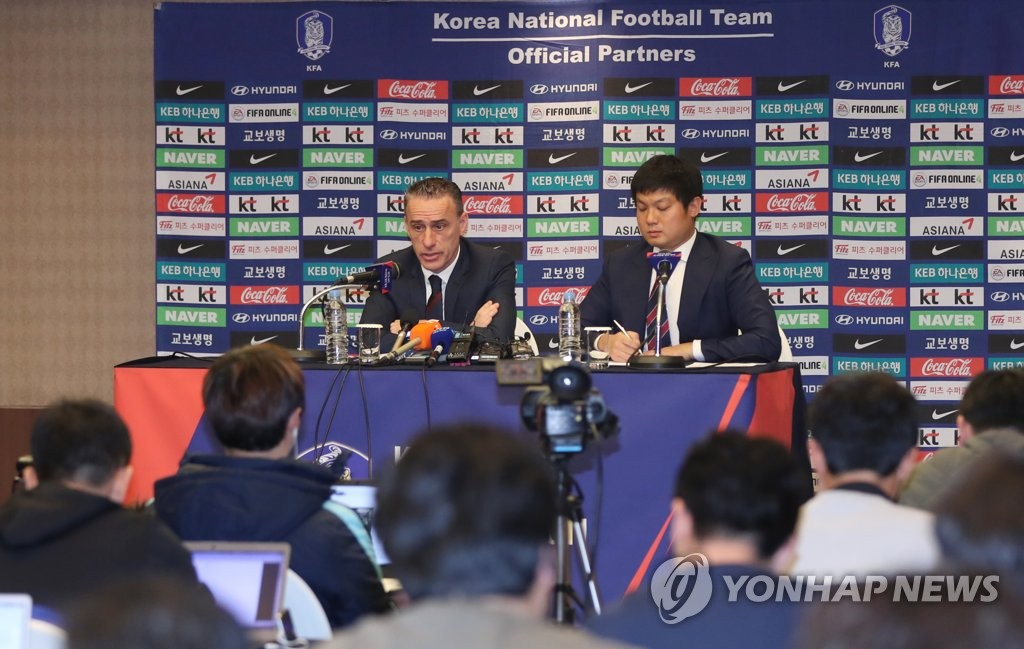 South Korea national football team head coach Paulo Bento (L) speaks at a press conference at a hotel in Ulsan on Dec. 20, 2018. (Yonhap)