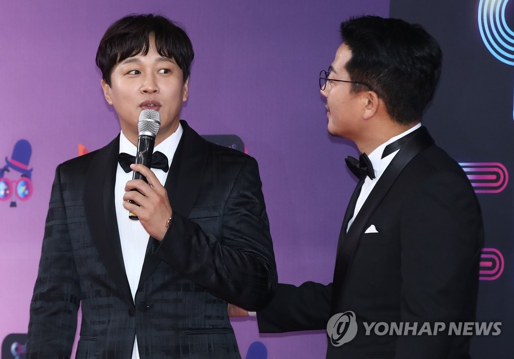 Actor Cha Tae-hyun (L) addresses the audience, alongside Kim Jun-ho, during the 2018 KBS Entertainment Awards held in Seoul on Dec. 22, 2018. (Yonhap)