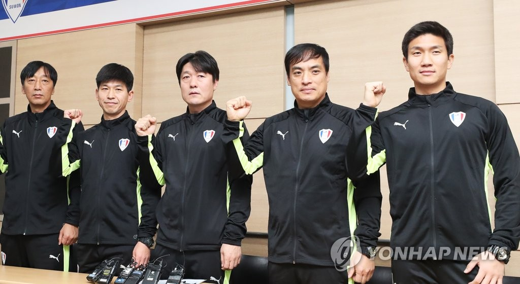 Lee Lim-saeng (C), new head coach of South Korean pro football club Suwon Samsung Bluewings, poses for a photo with his coaching staff at a press conference in Hwaseong, south of Seoul, on Jan. 3, 2019. (Yonhap)