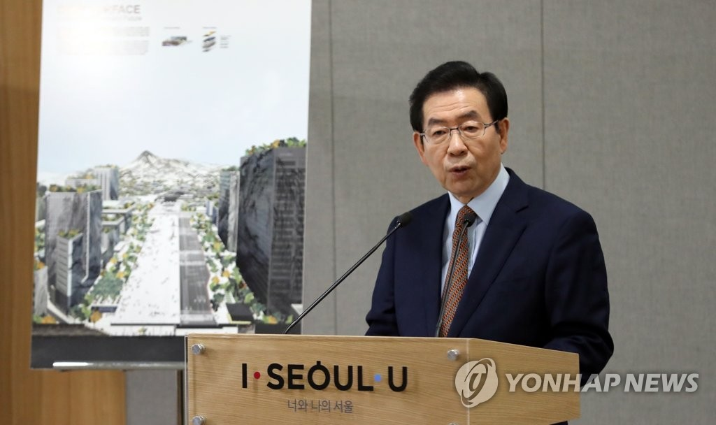 Seoul Mayor Park Won-soon explains a development project to revamp Gwanghwamun Square at City Hall on Jan. 21, 2019. (Yonhap)