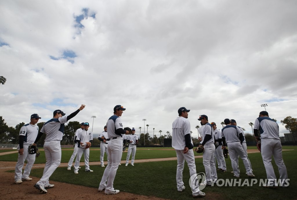Players of the NC Dinos get ready for practice at their spring training site at Reid Park Annex Fields in Tucson, Arizona, on Feb. 18, 2019. (Yonhap)