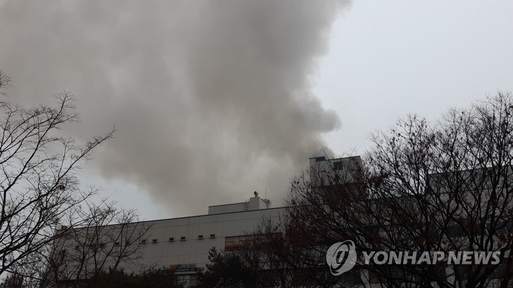 This photo, taken and provided by a reader, shows thick gray smoke bellowing from a building in the southeastern city of Daegu on Feb. 19, 2019, where a sauna caught fire and claimed two lives. (Yonhap)