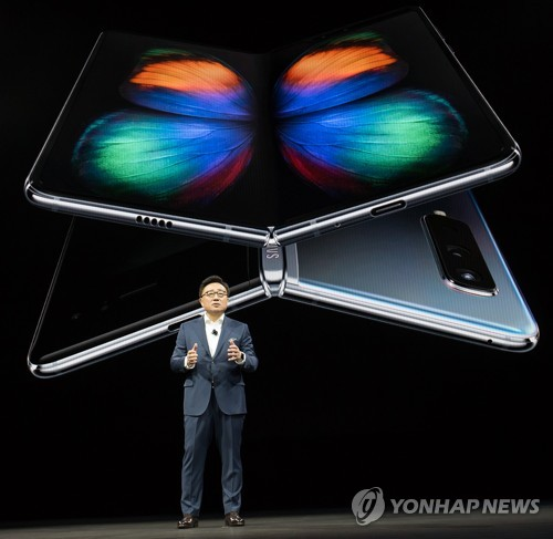 (LEAD) Samsung says foldable phone flexible, built to last