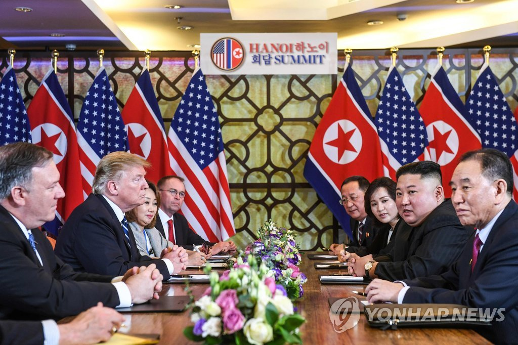 This AFP photo shows North Korean leader Kim Jong-un and U.S. President Donald Trump having talks, joined by their senior aides, in Hanoi on Feb. 28, 2019. (Yonhap)