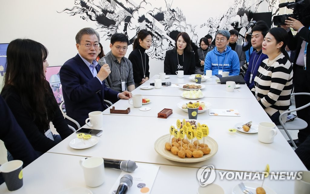 President Moon Jae-in (2nd from L) speaks with a group of officials from local venture firms at a meeting in downtown Seoul on March 6, 2019. (Yonhap)