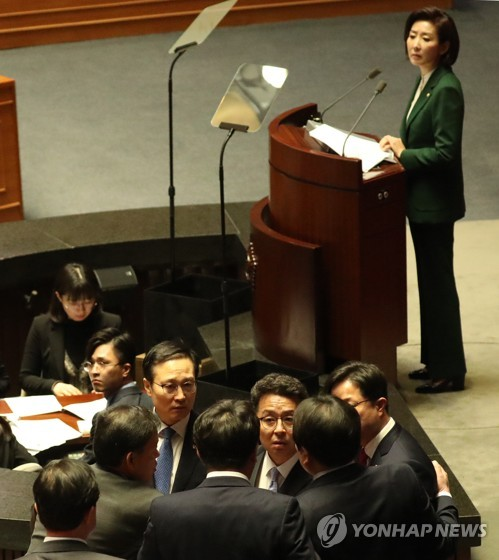 (2nd LD) Tension mounts over opposition party whip's derision of Moon