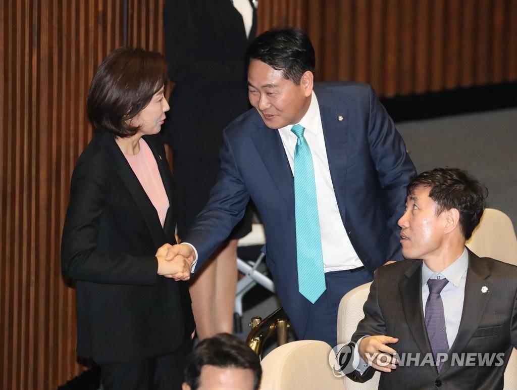 얘기 나누는 나경원 원내대표와 김관영 원내대표