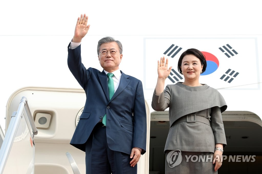 South Korean President Moon Jae-in and his wife, Kim Jung-sook, wave after arriving in Phnom Penh, Cambodia, on March 14, 2019, on a three-day state visit. (Yonhap)