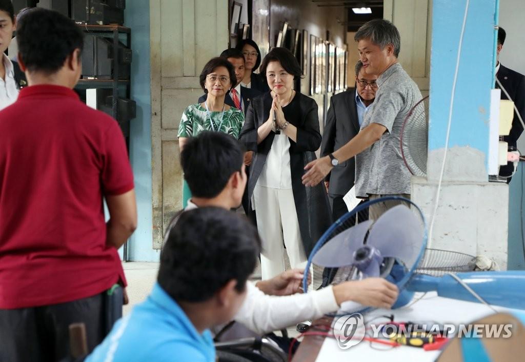 김정숙 여사, 캄보디아 장애인 시설 방문