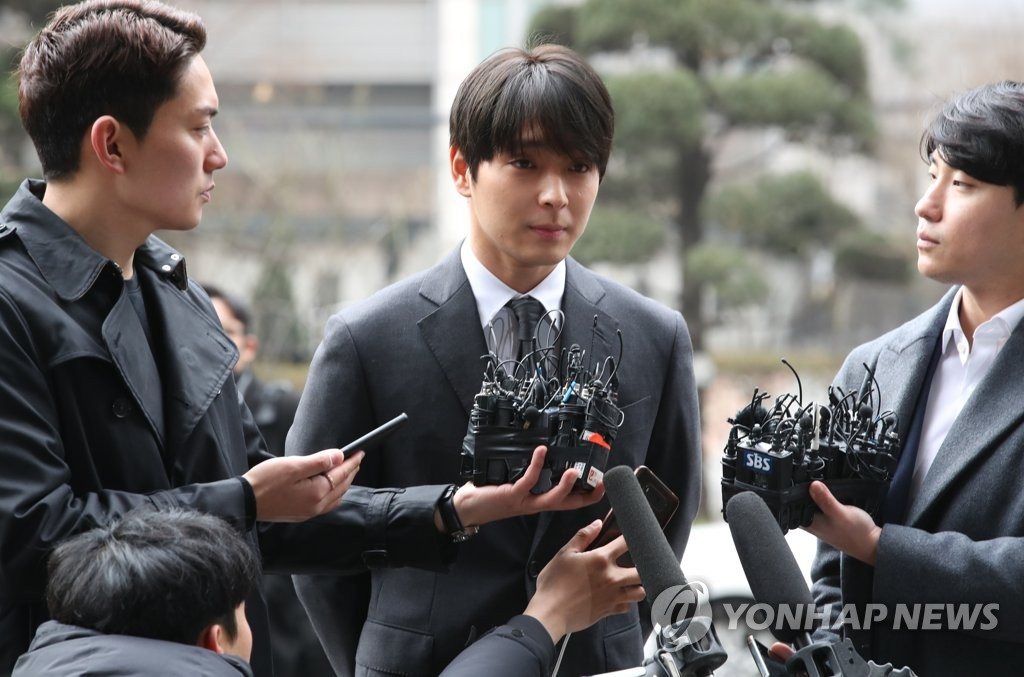 Choi Jong-hoon (C) of boy band FT Island arrives at the Seoul Metropolitan Police Agency in Seoul to undergo investigation on March 16, 2019. (Yonhap)