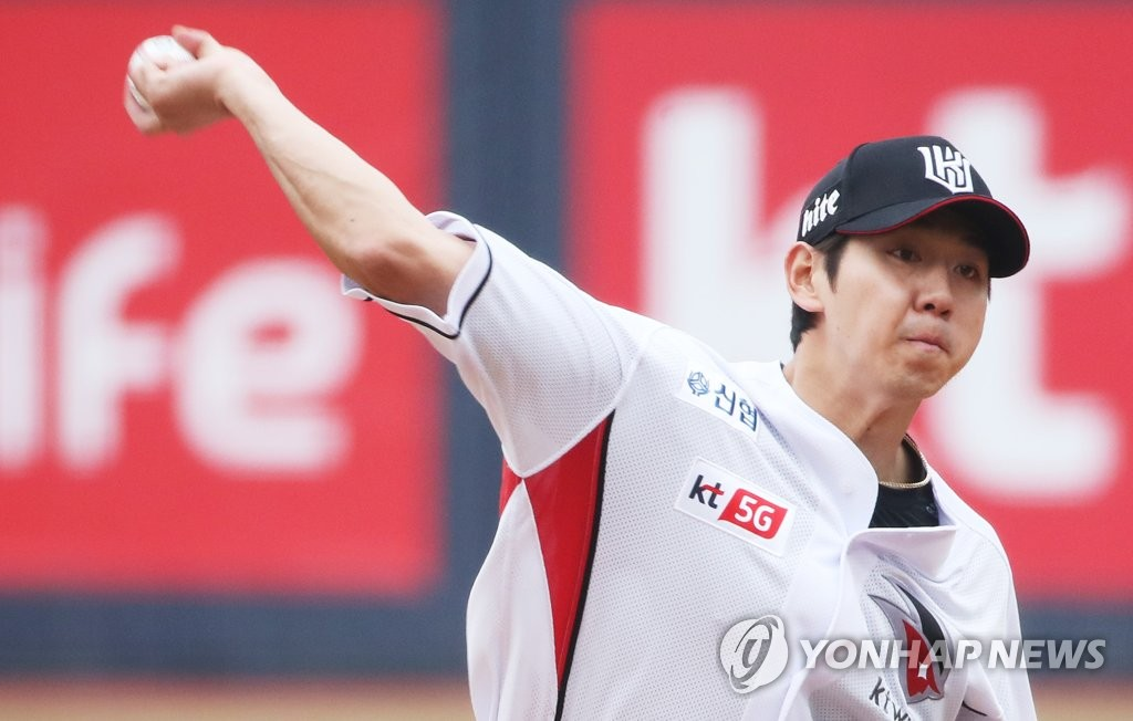Rhee Dae-eun of the KT Wiz throws a pitch against the LG Twins in the top of the first inning of a Korea Baseball Organization preseason game at KT Wiz Park in Suwon, 45 kilometers south of Seoul, on March 20, 2019. (Yonhap)