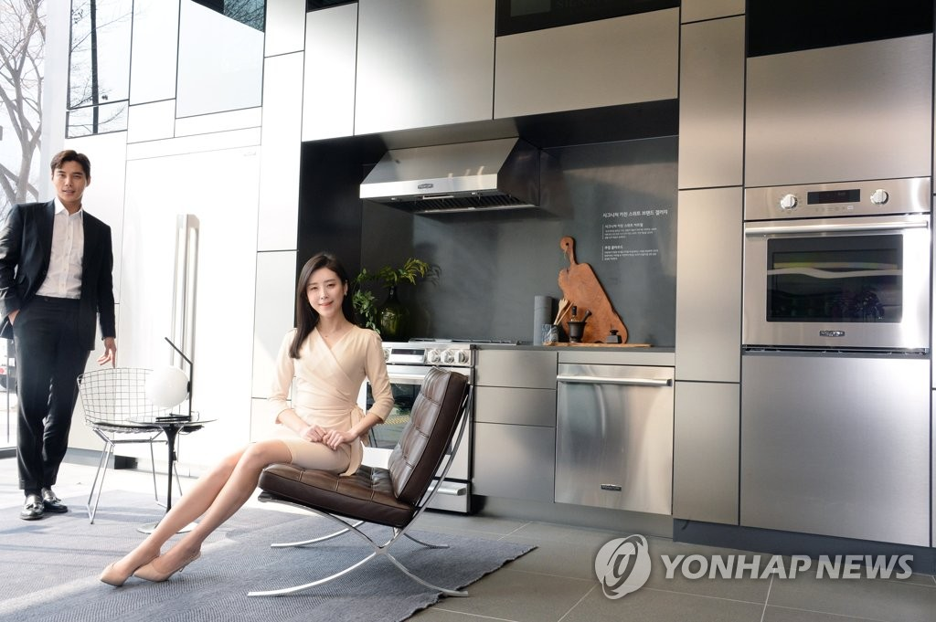 Models showcase LG Electronics Inc.'s premium built-in kitchen appliances at a showroom in Seoul on March 21, 2019, in this photo provided by the home appliance maker. (Yonhap)