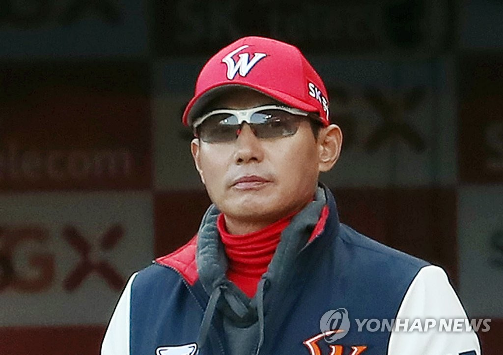 In this file photo from April 2, 2019, SK Wyverns manager Youm Kyoung-youb watches his team in action against the Lotte Giants in the top of the first inning of a Korea Baseball Organization regular season game at SK Happy Dream Park in Incheon, 40 kilometers west of Seoul. (Yonhap)