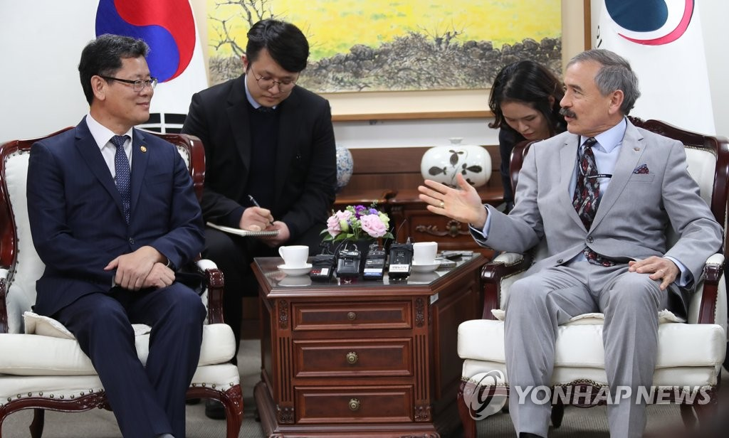 South Korean Unification Minister Kim Yeon-chul (L) speaks with U.S. Ambassador to Seoul Harry Harris in his office in Seoul on April 16, 2019. (Yonhap)