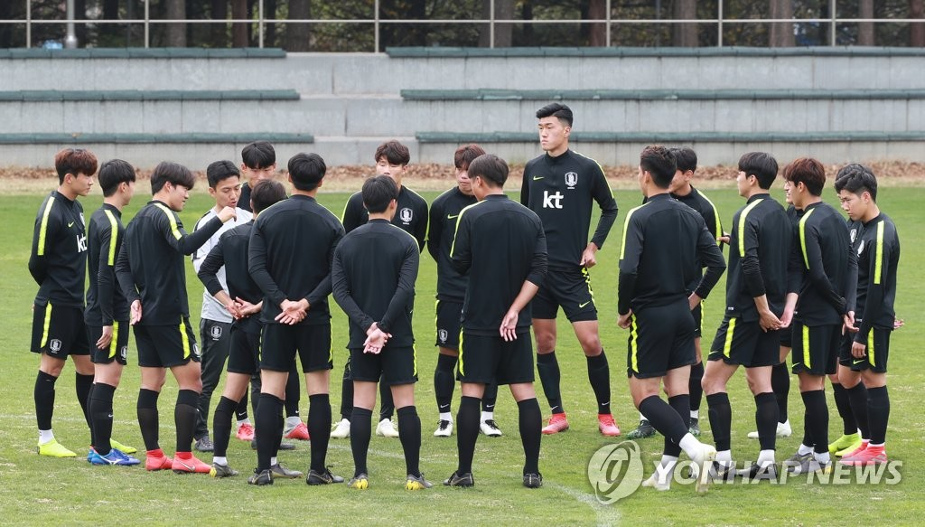 Members of the South Korean men's under-20 national football team huddle around their coaches during practice at the National Football Center in Paju, Gyeonggi Province, on April 23, 2019. (Yonhap)