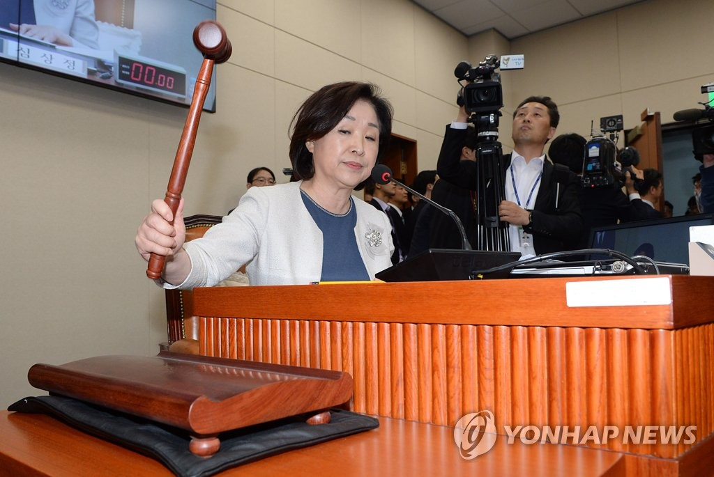 Rep. Sim Sang-jeung, head of the special parliamentary panel on political reform, bangs the gavel at the National Assembly in Seoul on April 30, 2019, to confirm the designation of an election reform bill as a fast-track measure. (Yonhap)
