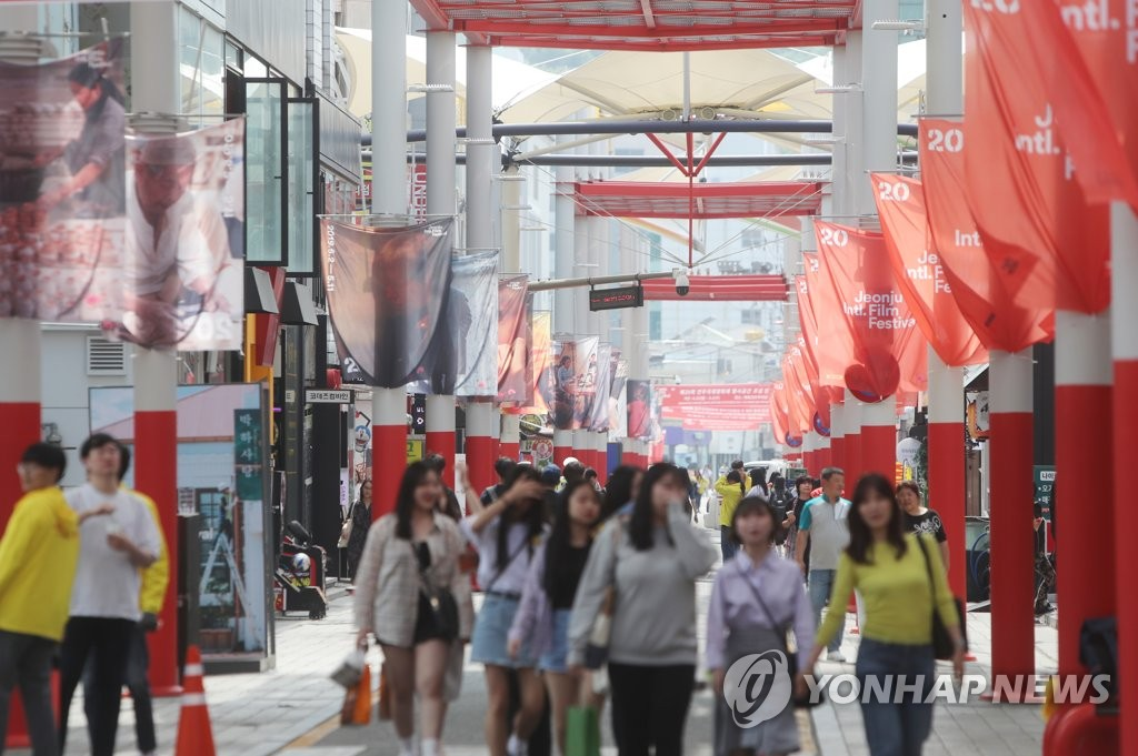 People enjoy the 20th Jeonju International Film Festival in Jeonju, North Jeolla Province, on May 10, 2019, in this file photo. (Yonhap)