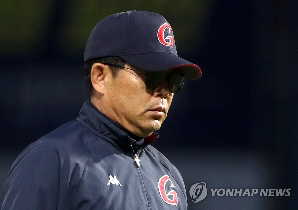 In this file photo from May 29, 2019, Lotte Giants manager Yang Sang-moon returns to the dugout after asking for a video review during the bottom of the third inning of a Korea Baseball Organization regular season game against the NC Dinos at Changwon NC Park in Changwon, 400 kilometers southeast of Seoul. (Yonhap)