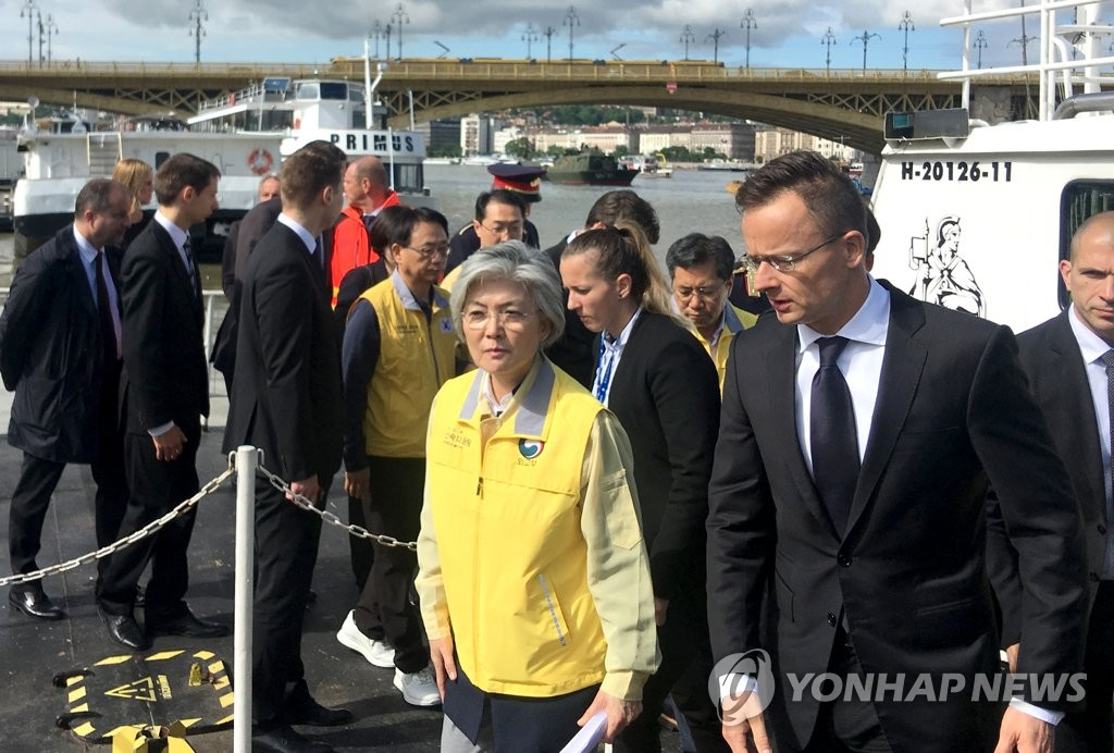 Foreign Minister Kang Kyung-wha (L, front) visits the scene of the tourist boat accident in the Hungarian capital, Budapest, on May 31, 2019. (Yonhap)