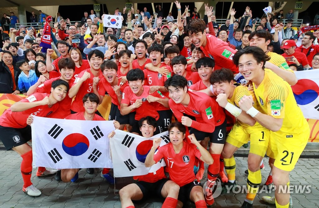 South Korean players celebrate their victory over Senegal in the teams' quarterfinals match at the FIFA U-20 World Cup at Bielsko-Biala Stadium in Bielsko-Biala, Poland, on June 8, 2019. (Yonhap)