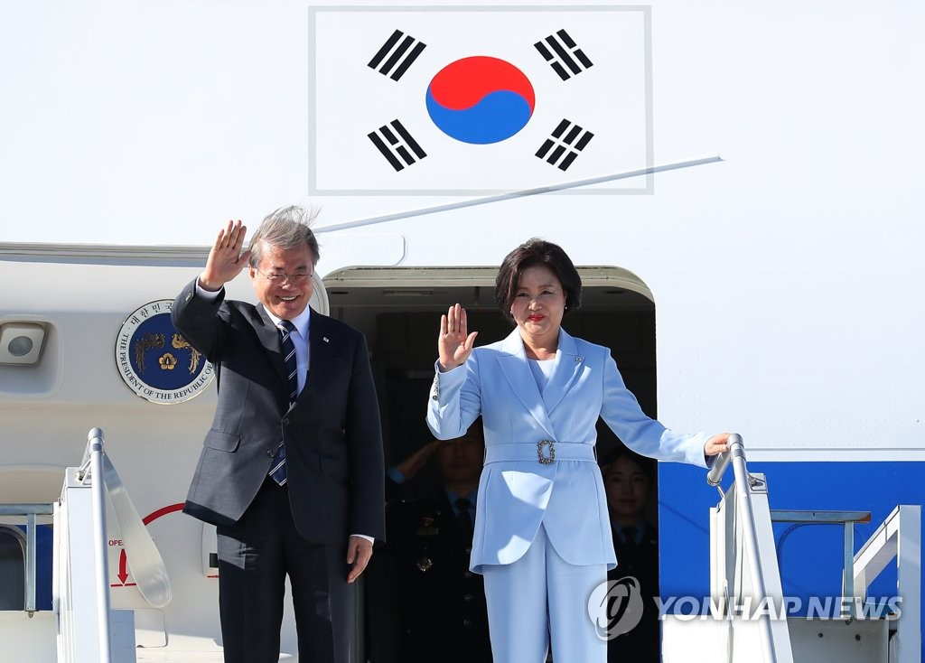 South Korean President Moon Jae-in and first lady Kim Jung-sook arrive in Helsinki, Finland, on June 10, 2019. (Yonhap)