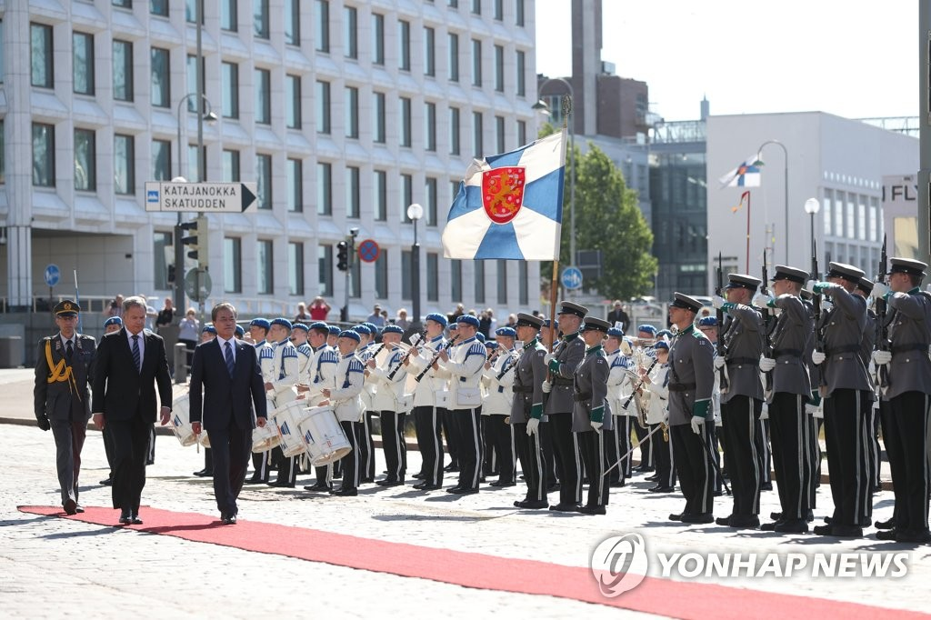 South Korean President Moon Jae-in and Finnish President Sauli Niinisto inspect an honor guard together during an official welcoming ceremony held at the presidential palace in Helsinki on June 10, 2019. (Yonhap)