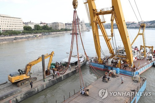 Hungary to lift sunken tour boat