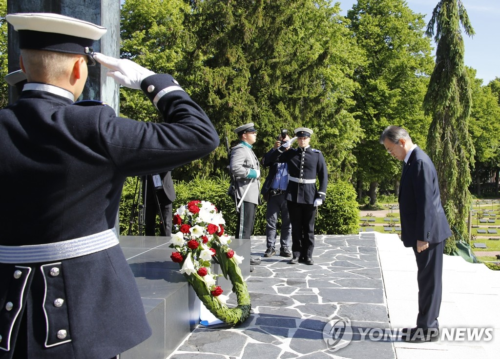 South Korean President Moon Jae-in pays his respect to those buried at Hietaniemi Cemetery in Helsinki on June 11, 2019. (Yonhap)
