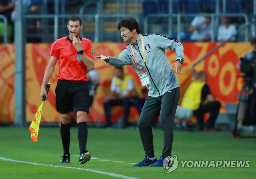 South Korea head coach Chung Jung-yong directs his players during their semifinals match against Ecuador at the FIFA U-20 World Cup at Lublin Stadium in Lublin, Poland, on June 11, 2019. (Yonhap)