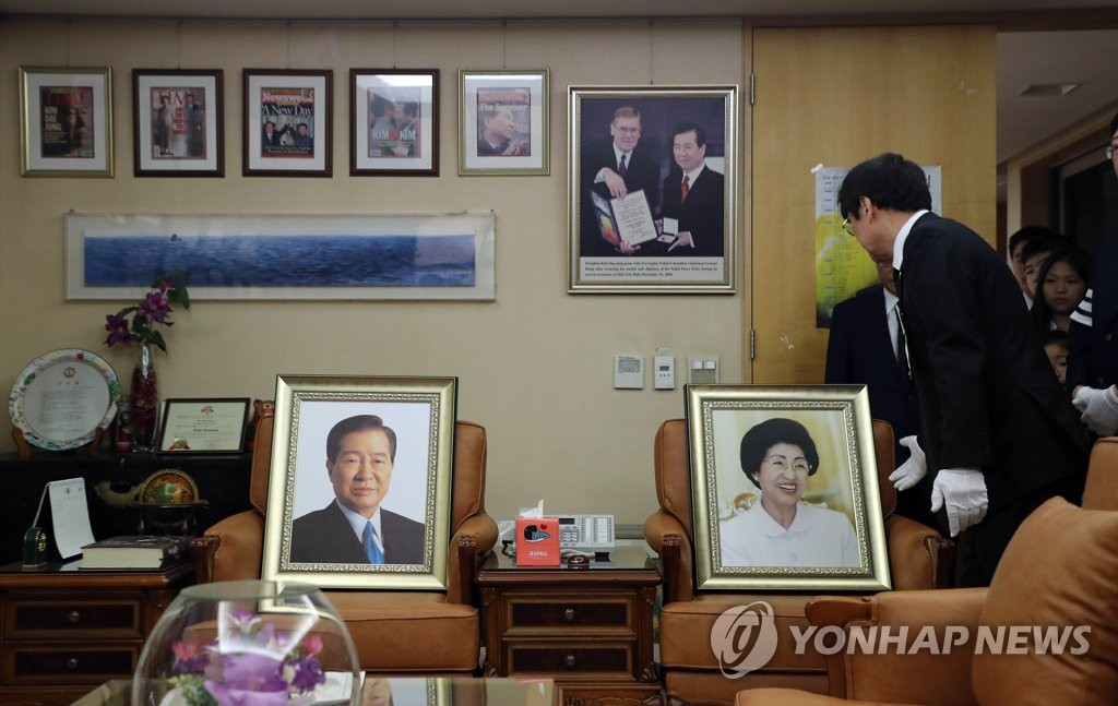 A portrait of the late first lady Lee Hee-ho (R) is placed next to that of her late husband and former President Kim Dae-jung at her private home in Donggyo-dong, western Seoul, on June 14, 2019. (Yonhap)