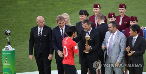 Lee Kang-in receives Golden Ball trophy